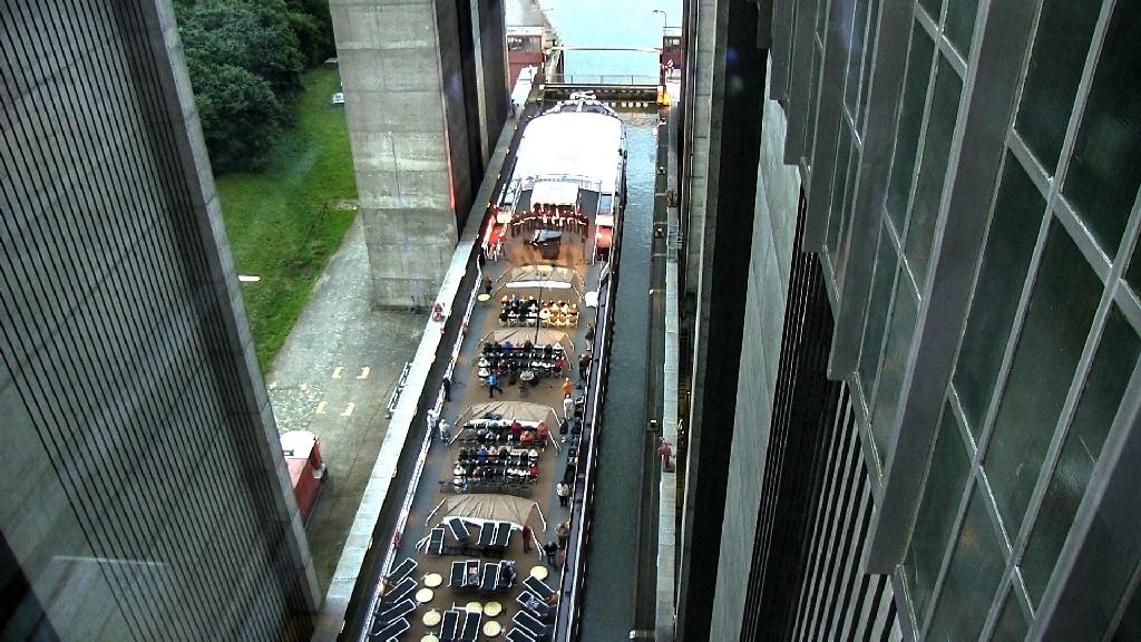 Die Excellence Coral wird während des Konzertes 38 Meter sanft nach oben gehoben ...